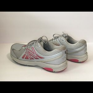 Women's 9 D Wide New Balance 847 V2 sneakers
